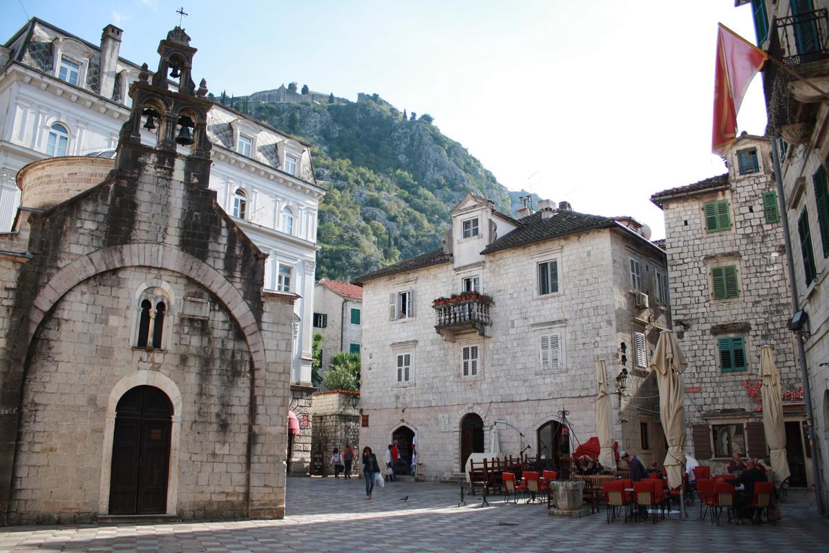 Kotor heeft een oude binnenstad, pal onder het fort van Kotor.